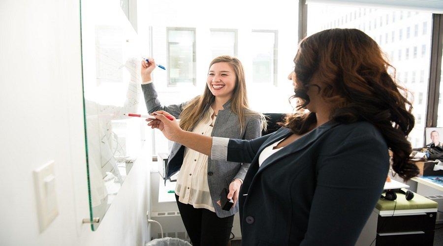 Kobiety wskazujące na tablicę